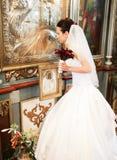 Jeune mariée priant dans l'église Photo stock