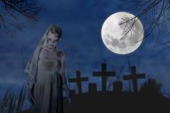 Jeune mariée rampante de zombi Images stock