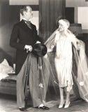 Jeune mariée recevant l'approbation du marié image libre de droits