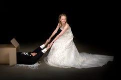 Jeune mariée recevant un mari tout neuf Photo libre de droits