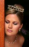 Jeune mariée rectifiée dans le blanc Photos stock