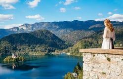 Jeune mariée regardant sur le lac saigné, Slovénie Photo libre de droits