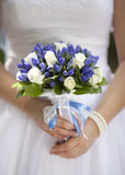 Jeune mariée retenant le bouquet de mariage Photographie stock