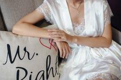Jeune mariée s'asseyant dans le peignoir Image stock