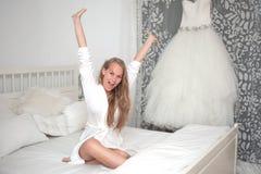 Jeune mariée se réveillant le matin de mariage Photos stock