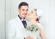 Jeune mariée sensuelle embrassant le marié image stock