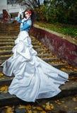 Jeune mariée sur des escaliers Image libre de droits