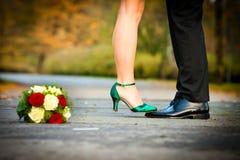 Jeune mariée sur des pieds de mariés Images stock