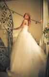 Jeune mariée sur l'escalier photographie stock libre de droits