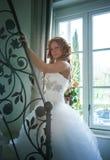 Jeune mariée sur l'escalier dans la maison photographie stock libre de droits