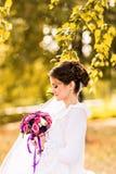 Jeune mariée sur la nature d'automne Photo stock