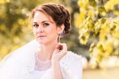 Jeune mariée sur la nature d'automne photos stock