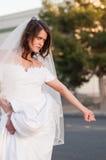 Jeune mariée sur la route Images stock