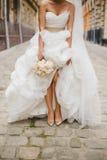 Jeune mariée sur la vieille rue de Lviv Photographie stock