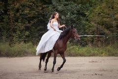 Jeune mariée sur le cheval Photo libre de droits