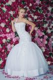 Jeune mariée sur le fond de fleur de pivoine Image libre de droits