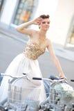 Jeune mariée sur le vélo Photo libre de droits