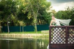 Jeune mariée sur les banques Photos stock