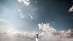 Jeune mariée sur puis le ciel Photographie stock libre de droits