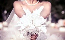 Jeune mariée tenant le bouquet Photos stock
