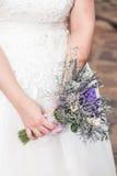 Jeune mariée tenant le bouquet Photo stock