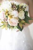 Jeune mariée tenant le bouquet image stock