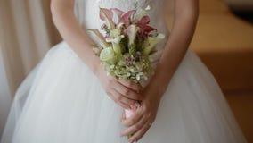 Jeune mariée tenant le bouquet de mariage banque de vidéos