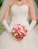 Jeune mariée tenant le bouquet de mariage Photos libres de droits