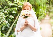 Jeune mariée tenant le bouquet de mariage image libre de droits