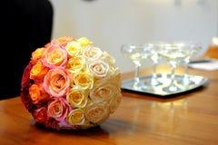 Jeune mariée tenant le bouquet de roses rouges Photographie stock libre de droits
