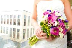 Jeune mariée tenant le bouquet des fleurs mélangées Photo libre de droits
