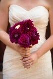 Jeune mariée tenant le bouquet marron de fleur Image stock