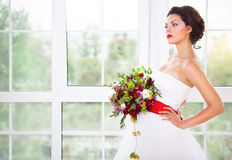 Jeune mariée tenant le bouquet peu commun de mariage Photographie stock libre de droits