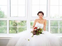 Jeune mariée tenant le bouquet peu commun de mariage Image libre de droits