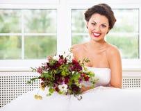 Jeune mariée tenant le bouquet peu commun de mariage avec les fleurs succulentes et Photo libre de droits