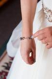 Jeune mariée tenant le bracelet de charme Images stock