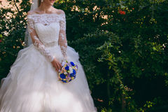 Jeune mariée tenant le grand bouquet de mariage sur la cérémonie de mariage photo libre de droits