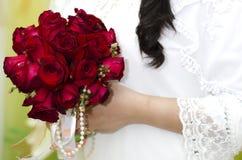 Jeune mariée tenant Rose Bouquet rouge Image libre de droits