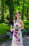 Jeune mariée tenant sa boisson Photo stock