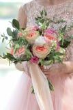 Jeune mariée tenant un beau bouquet nuptiale Bouquet de mariage des roses de pêche par David Austin, aqua tête simple de rose de  Photographie stock