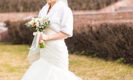 Jeune mariée tenant un bouquet de mariage d'hiver images stock