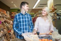 Jeune mari et épouse pour acheter le pain dans le département de pain d'a photographie stock