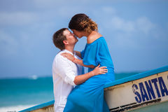 Jeune mariage affectueux de couples près du bateau Photographie stock libre de droits