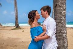 Jeune mariage affectueux de couples près du bateau Images stock