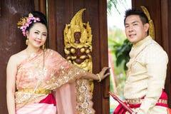 Jeune mariage au public Photos stock