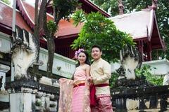 Jeune mariage au public Photos libres de droits