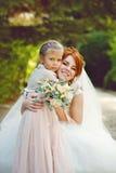 Jeune mariée avec la petite soeur Image libre de droits
