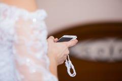 Jeune mariée avec le téléphone portable Images stock