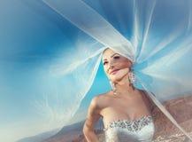 Jeune mariée avec le voile sur le vent Photo stock