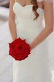 Jeune mariée avec Rose rouge Photos stock